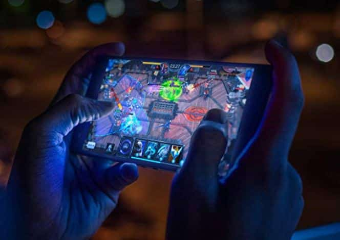 The game never has to stop. RAZER Phone 2: Unlocked Gaming Smartphone – 120Hz Display – Snapdragon 845 – Wireless Charging – Razer Chroma – 8GB RAM - 64GB - Mirror Black Finish